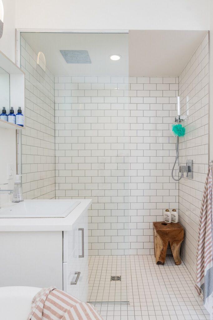 biale kafelki pod prysznic 683x1024
